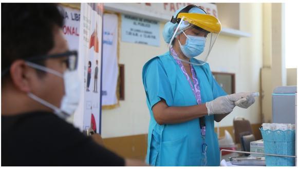 Vacunación contra el COVID-19 en el personal de primera línea se inició el 9 de febrero. (Archivo)