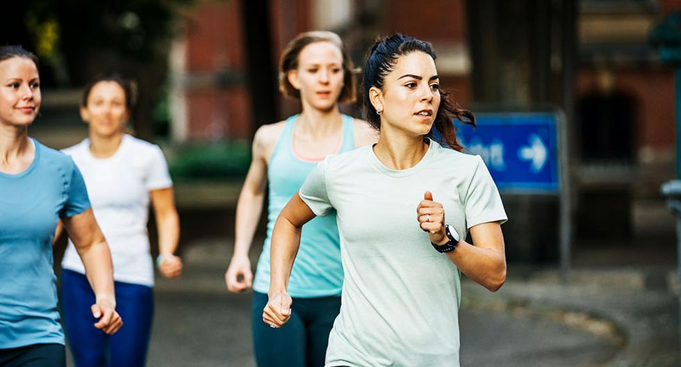 Recuerda que correr en verano requiere hidratarse más y usar un buen bloqueador solar.