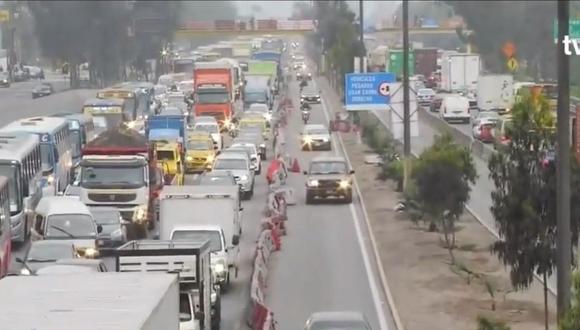 Algunos conductores hacen uso de este carril exclusivo para evitar la congestión. (Captura: TV Perú  Noticias)