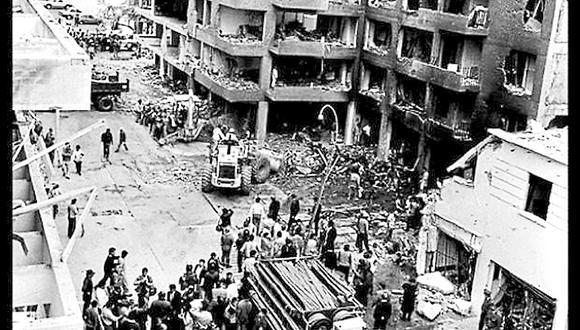 Los cochebomba fueron una de las principales armas criminales de Sendero Luminoso. Esta es una fotografía del atentado de 1992 en la calle Tarata, en Miraflores (Archivo GEC)