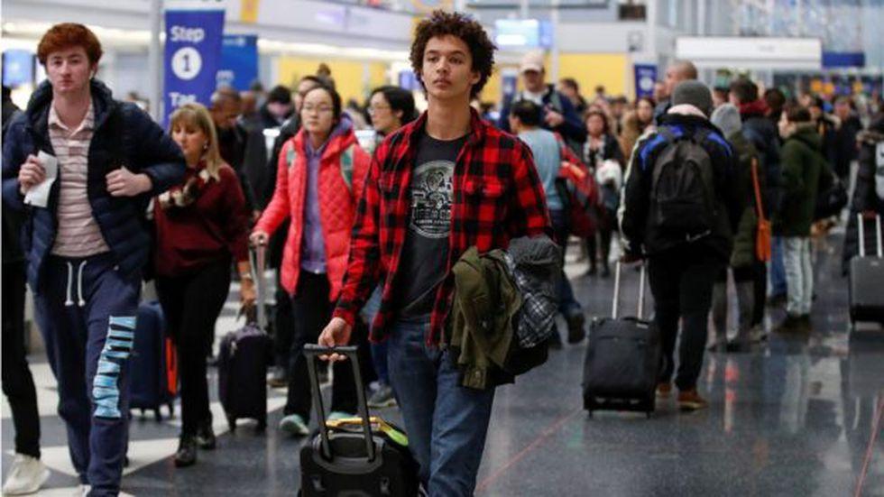 Los aeropuertos suelen estar llenos de gente la víspera del Día de Acción de Gracias.
