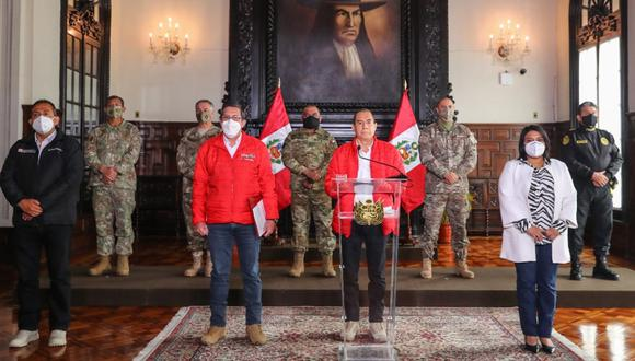 El sábado, el comandante PNP Velasco Mujica estuvo presente durante el pronunciamiento del premier Walter Martos (extremo derecho)(Foto: Andina)