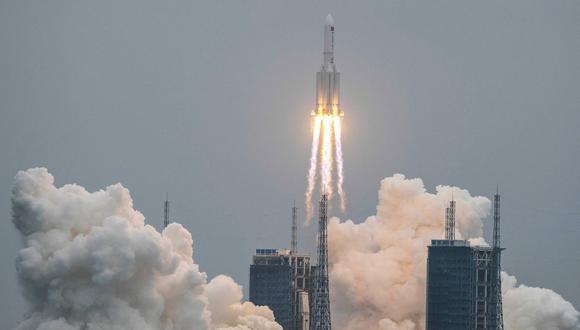 Un cohete Long March 5B, que transporta el módulo central de la estación espacial Tianhe de China, despega del Centro de Lanzamiento Espacial Wenchang en la provincia de Hainan, el 29 de abril de 2021. (AFP).