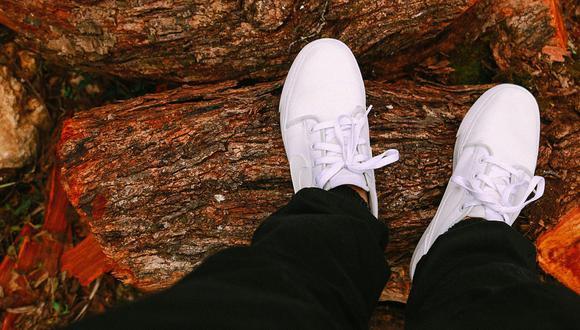 Las zapatillas de blancas están muy de moda, pero mantenerlas limpias es un poco complicado. (Foto: Pixabay)