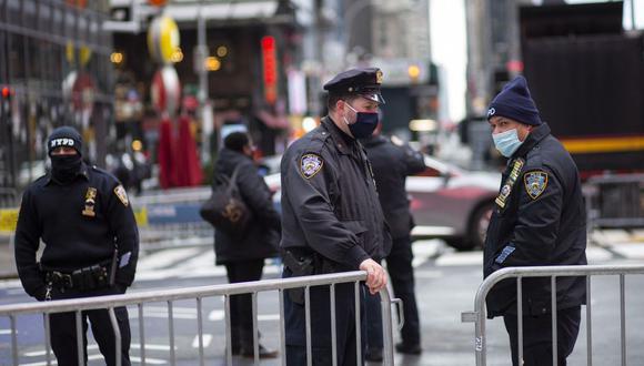 Los agentes de policía cierran la calle con barreras en Times Square, Nueva York, el 31 de diciembre de 2020. (Foto Referencial: Kena Betancur / AFP).