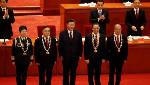 El presidente chino, Xi Jinping (Centro), en una reunión para elogiar a los modelos a seguir en la lucha de China contra el brote de la enfermedad del coronavirus (COVID-19), en el Gran Salón del Pueblo en Beijing. (Foto: REUTERS / Carlos García Rawlins).