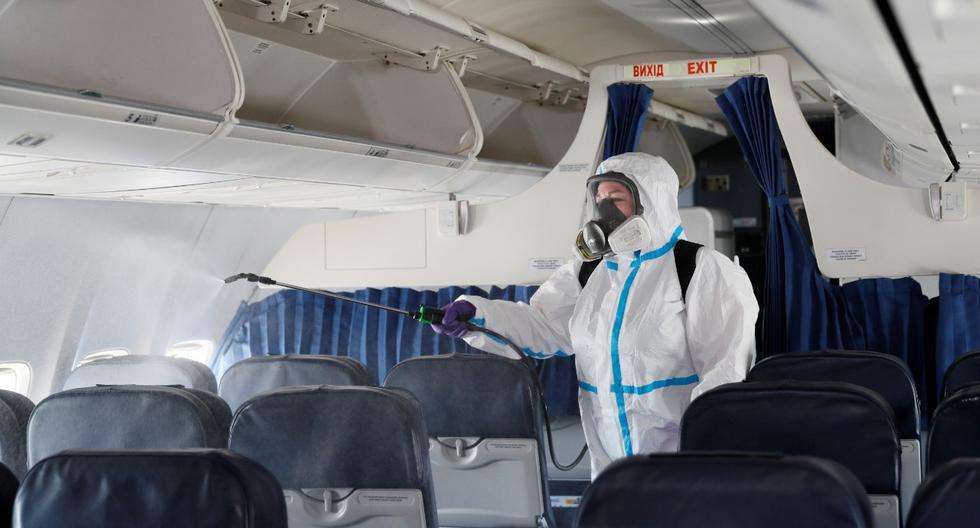 Si un usuario muestra síntomas compatibles con el COVID-19, como fiebre, la tripulación de la aerolínea debería asegurar que el pasajero esté usando el escudo facial y una mascarilla y se le proporcione una adicional. (Foto: Reuters)