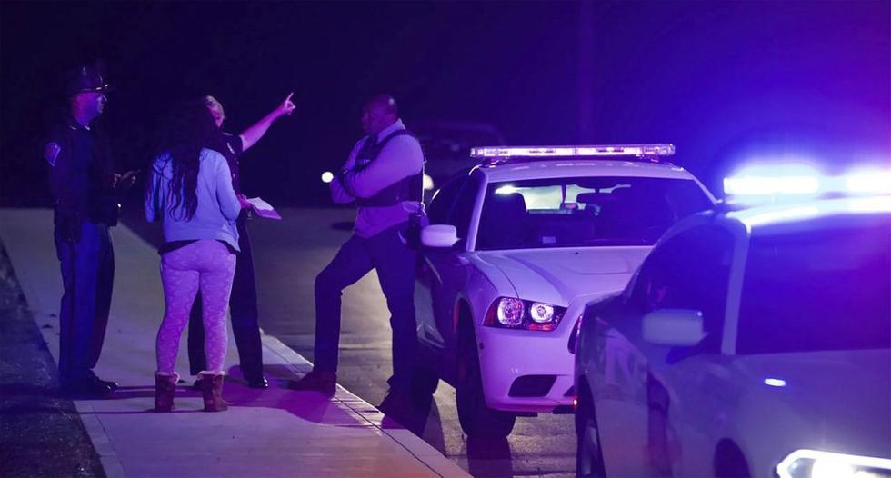 Una mujer pregunta a la policía cerca del centro de FedEx luego de un tiroteo. Se sabe que tras el incidente fallecieron 8 personas y quedaron varios heridos. (Foto: Mykal McEldowney / The Indianapolis Star vía AP | Texto: AP)
