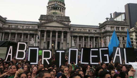 Cientos de personas se manifestaron el lunes en Argentina para pedir que el Congreso apruebe un proyecto de ley que garantice el aborto seguro, legal y gratuito en todo el país. (Foto: EFE/Javier Caamaño)