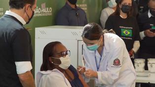 Brasil aplica primera vacuna contra COVID-19, en medio de una guerra política