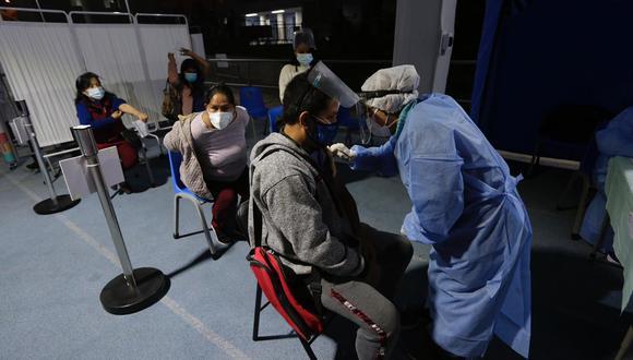 Actualmente se atiende de 7 a.m. a 4 p.m. en los vacunatorios distribuidos a nivel nacional | Foto: Fernando Sangama / @photo.gec