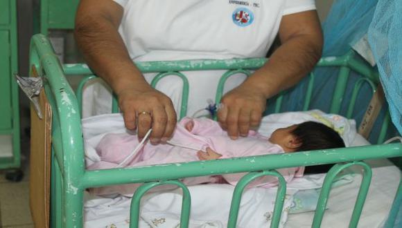 Piura: bebé de madre fallecida por dengue bajo observación