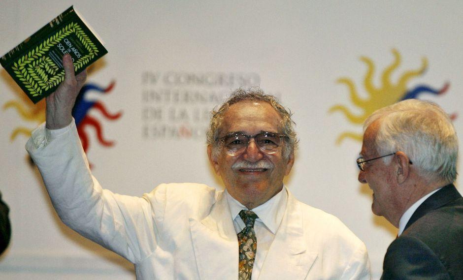 """Gabriel García Márquez posando con la edición conmemorativa de """"Cien años de soledad"""" publicada hace unos años. (Foto: AFP)"""