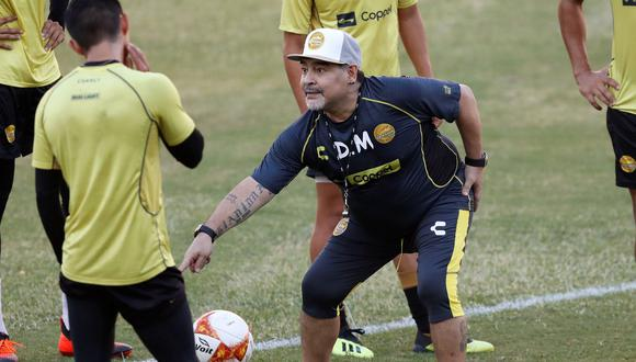 Maradona dirigió su primera práctica con Dorados lleno de vitalidad: corrió, gritó y firmó autógrafos. (Foto: AFP)
