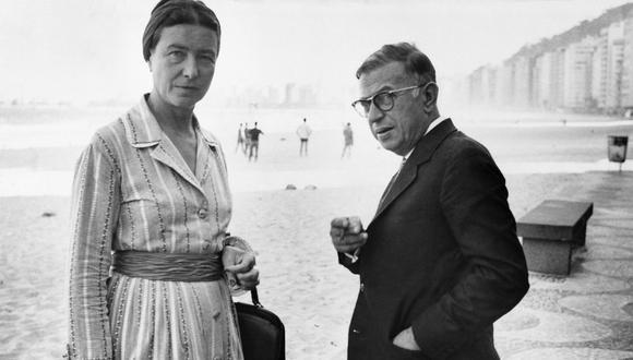 Simone de Beauvoir y Jean-Paul Sartre en Copacabana, Rio de Janeiro, el 21 septembre 1960. (AFP PHOTO)