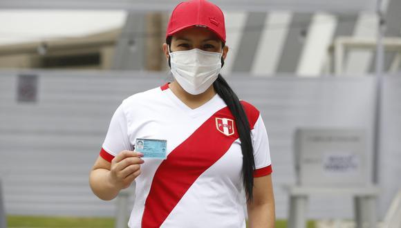 Algunas personas acuden a votar con la camiseta de la Selección Peruana de fútbol. (Foto: Violeta Ayasta/@photo.gec)