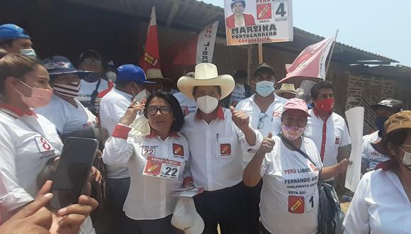 Pedro Castillo (en el centro de la foto), candidato a la presidencia por Perú Libre, fue diagnosticado con COVID-19 la noche del lunes 11 de enero. La organización política informó que el postulante está guardando aislamiento domiciliario.