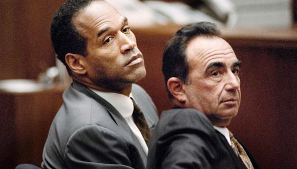 O.J. Simpson (izquierda) junto a su abogado Robert Shapiro durante el juicio en el que se le acusaba del asesinato de su exesposa Nicole Brown Simpson y a su amigo Ron Goldman. (Foto: AFP/Michael NELSON)