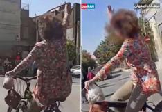 Mujer es arrestada en Irán por salir en bicicleta sin llevar hiyab y saludar a la gente | VIDEO
