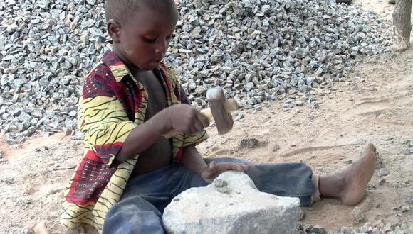 Este niño de Benin, de apenas cuatro años, trabaja moldeando piedras en una mina. (AFP)