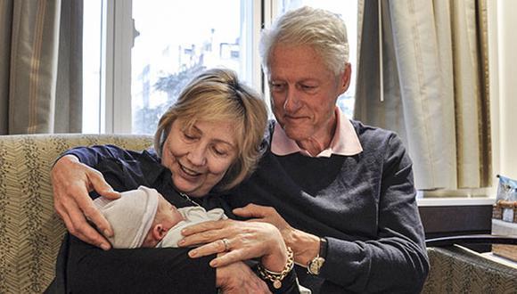 Hillary y Bill Clinton junto a su nuevo nieto [FOTOS]