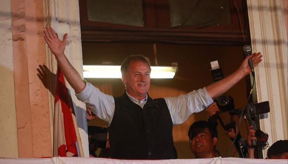 Jorge Muñoz dio un balconazo en el local partidario de Acción Popular en el Centro de Lima.  (Foto: Lino Chipana/ El Comercio)