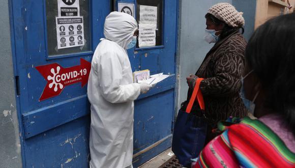 Un trabajador de la salud habla con un familiar de un paciente en el área de recepción de personas que sospechan que están infectadas con el nuevo coronavirus en el Hospital General de La Paz, Bolivia. (Foto: AP / Juan Karita)