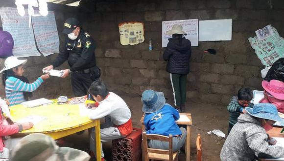 Apurímac: policías dictan clases de matemáticas en comunidad donde no llega el internet (Foto: Juan Sequeiros)