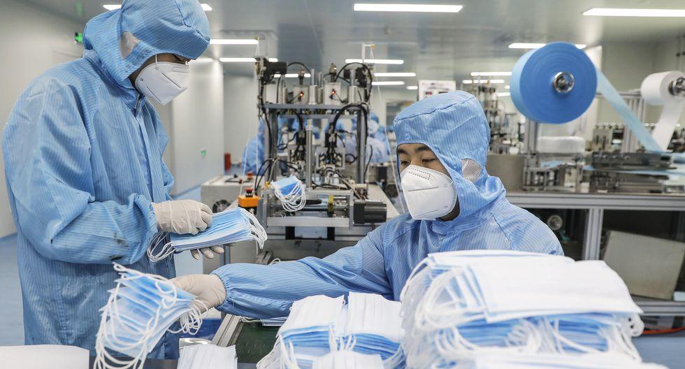 Trabajadores de la fábrica del Grupo de Tecnología Naton en Beijing, China, confeccionan mascarillas faciales para protegerse del coronavirus. (Foto: EFE / EPA / WU HONG).