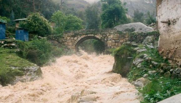 Puente colonial podría caer debido a crecida de río Cuchismayu