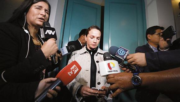 Tras el allanamiento en su departamento, Luciana León declaró a la prensa. Reconoció que conoce a Alexander Peña Quispe. (Foto: Hugo Pérez/ GEC)