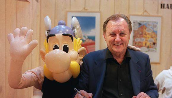 Albert Uderzo es recordado por crear las historietas de Astérix el Galo junto a René Goscinny. En la foto, junto a su creación en el Salón del Libro de París en 2001. (Foto: Difusión)