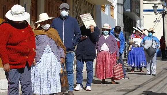 Las personas en Puno hacen cola frente a una AFP para solicitar información sobre el retiro de sus fondos de pensiones (Foto: Carlos MAMANI / AFP)