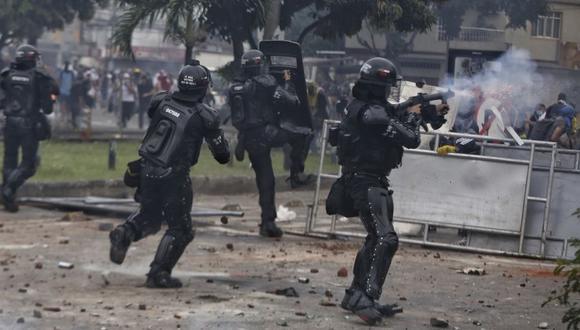 La policía dispara gases lacrimógenos contra los manifestantes durante un paro nacional contra la reforma fiscal en Cali, Colombia. (Foto: AP / Andrés González)