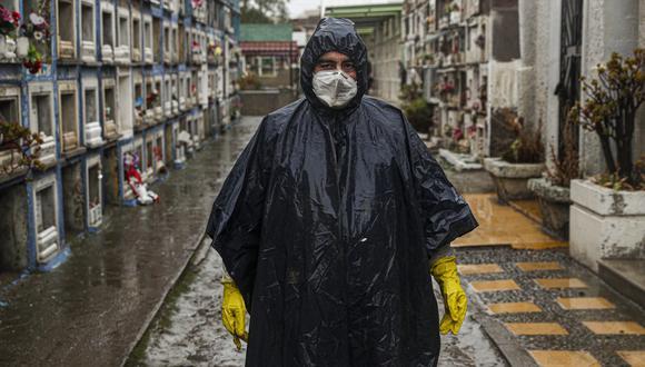 Luis Aguilera, trabajador del cementerio Bajos de Mena, en Santiago de Chile, después de enterrar a una persona sospechosa de haber muerto de COVID-19. El vecino país ya tiene más de 291 mil casos confirmados. (AP)