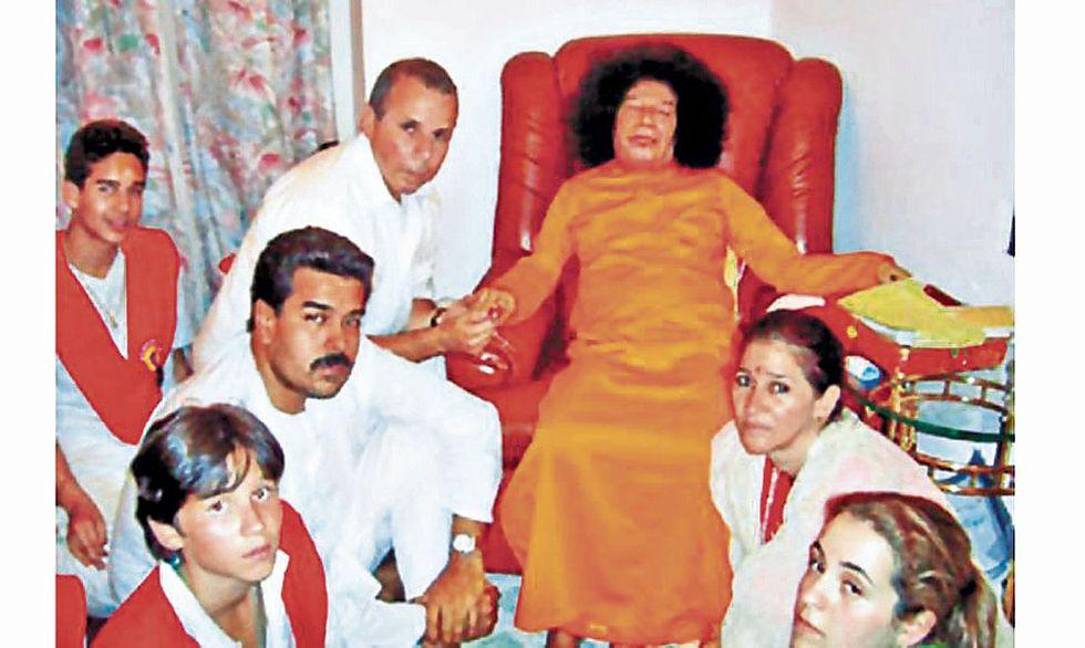 Maduro y su esposa Cilia Flores con Sai Baba (de naranja) en el 2005.