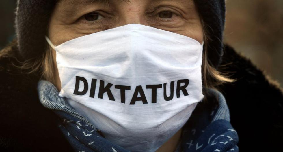 """Esta foto del 5 de diciembre muestra a una persona escéptica del coronavirus usando una mascarilla que dice """"dictadura"""" durante una protesta contra las restricciones del gobierno de Alemania por el coronavirus COVID-19. La manifestación tuvo lugar Bremen. REUTERS/Fabian Bimmer"""
