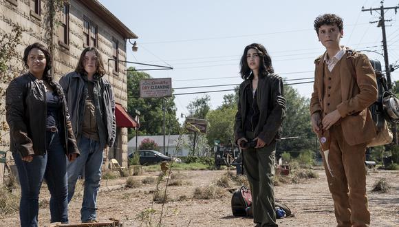 """De izquierda a derecha los protagonistas de """"The Walking Dead: World Beyond"""": Alexa Mansour como Hope, Aliyah Royale como Iris, Hal Cumpston como Silas y Nicolas Cantu como Elton. (Foto: Jojo Whilden para AMC)."""