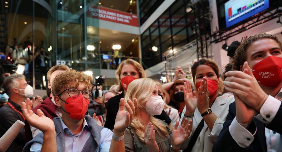 Los miembros del Partido Socialdemócrata de Alemania (SPD) reaccionan a los resultados iniciales en las elecciones federales (EFE / EPA / MAJA HITIJ).
