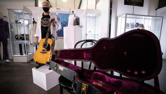 """Se subasta la guitarra con la que Kurt Cobain, líder de Nirvana, grabó el disco """"MTV Unplugged in New York"""", el cual se publicó meses después de su muerte. (EFE)"""