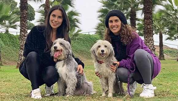 Zoila Castro y Ale Saba junto a Peppa, Lara y Ronda, tres perritas crías de una perra callejera que tuvieron la suerte de ser adoptadas. (Foto: Andrea Carrión/WUF)