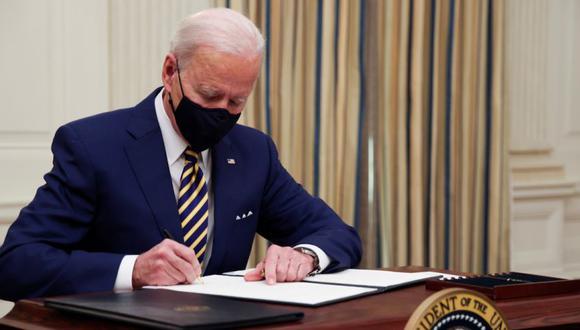 El presidente estadounidense Joe Biden firma una orden ejecutiva luego de hablar sobre los planes de su administración para responder a la crisis económica, el pasado 22 de enero del 2021. (Foto: Jonathan Ernst/Reuters).