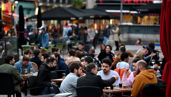 La gente se sienta en la terraza de un bar en Madrid el 12 de marzo de 2021, en medio de la pandemia de coronavirus. (Foto de Gabriel BOUYS / AFP).
