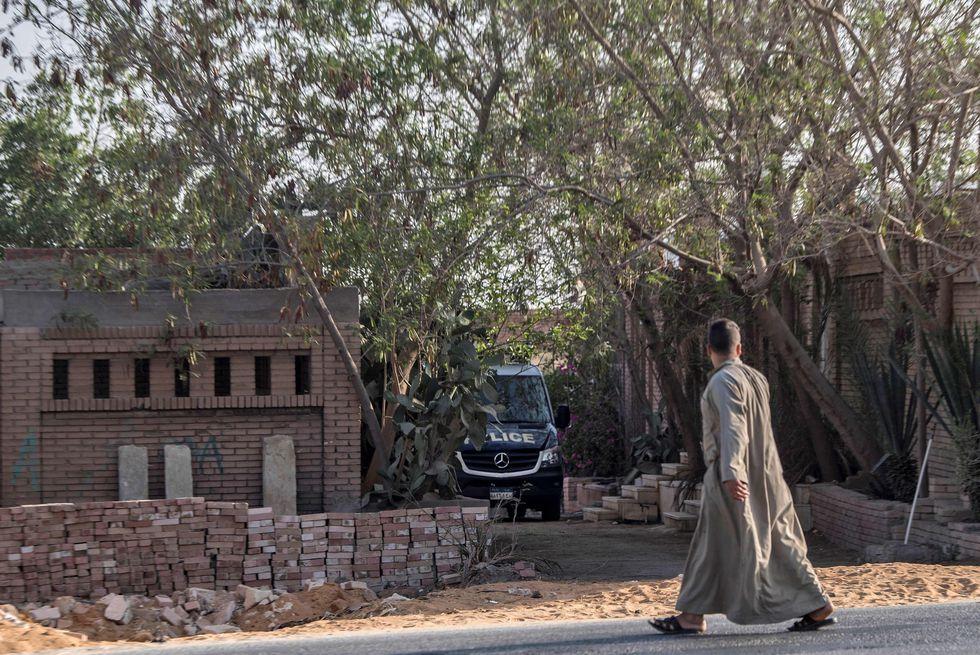 Vehículos policiales se observaron en las inmediaciones del cementerio en El Cairo. (Foto: AFP)