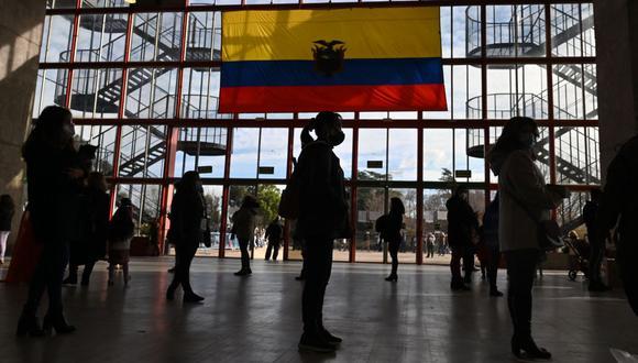 Los residentes ecuatorianos hacen cola, manteniendo la distancia de seguridad, antes de emitir su voto para las elecciones presidenciales. (Foto de Gabriel BOUYS / AFP).