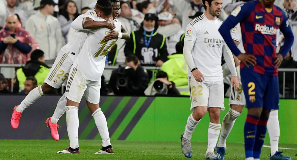 Real Madrid's Brazilian forward Vinicius Junior (L) celebrates his goal during the Spanish League football match between Real Madrid and Barcelona at the Santiago Bernabeu stadium in Madrid on March 1, 2020. / AFP / JAVIER SORIANO
