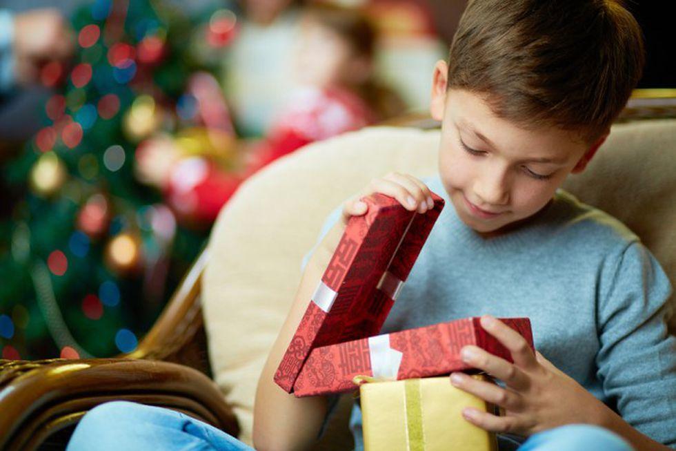 Lo ideal es que tu hijo reciba un regalo por Navidad, pero es inevitable que la familia le de varios, así que debe existir una conversación previa. (Foto: Pixabay)