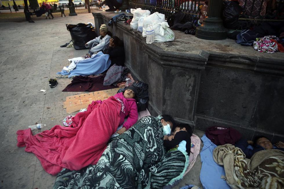 Migrantes duermen bajo una glorieta en un parque en la ciudad fronteriza mexicana de Reynosa, el sábado 27 de marzo de 2021. (Foto AP / Dario Lopez-Mills)
