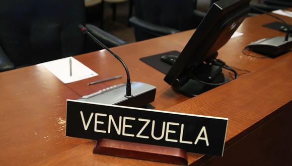 Los carteles sirven para identificar a los representantes de los 34 miembros activos de la OEA. (Foto: AFP)