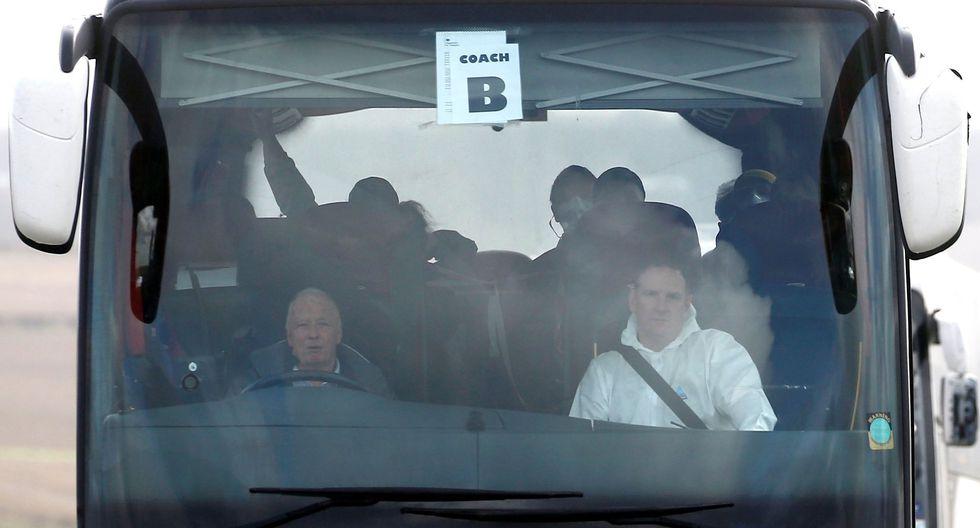 Algunos de los viajeros son trasladados en un autobús tras llegar al Reino Unido. (REUTERS / Henry Nicholls).